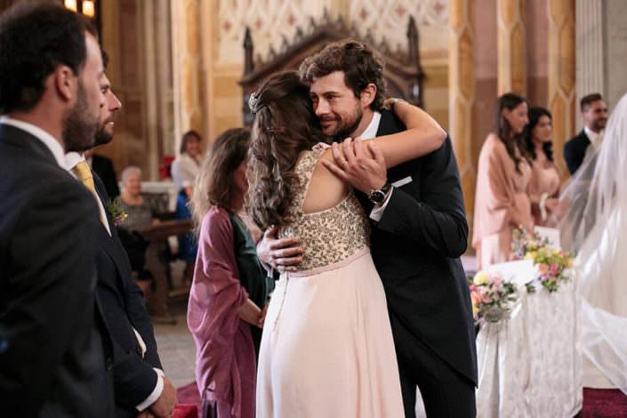 abbraccio sposo con testimone