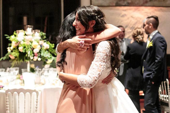 Matrimonio Rocca di Angera abbraccio della sposa