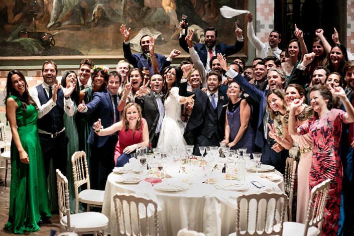 Matrimonio Rocca di Angera foto di gruppo con amici