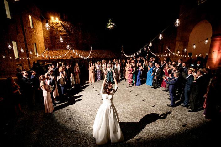 Matrimonio Rocca di Angera lancio del bouquet