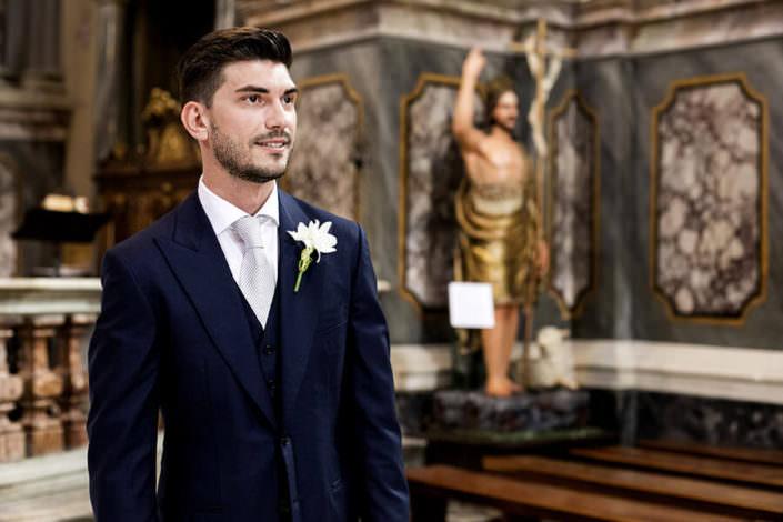 Sposo attende all'altare