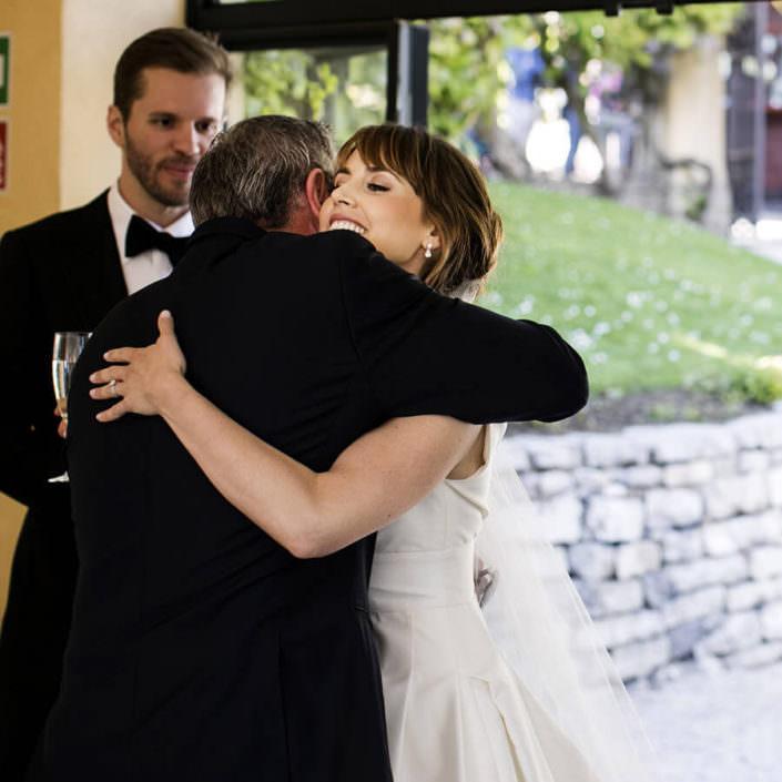 Matrimonio Villa Balbianello abbraccio spontaneo