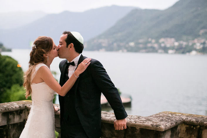 Matrimonio Villa Erba bacio lago di como